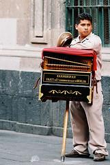 Organillero (tangaxoan) Tags: berlin méxico minolta música minoltasrt101 distritofederal tradición organillero centrohistórico analógico organillo harmonipan escaneo películafotográfica cilindrosmetal