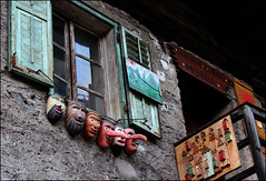 Scolpire il legno (Maulamb) Tags: legno maschere finestra