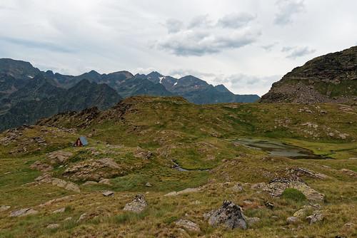 Trek Haute Ariège - jour 12 - montée à l'étang des Caraussans ; cabane du berger et un des étangs des Clots