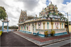 Temple . (:: Blende 22 ::) Tags: trees tree bume baum blauerhimmel bluesky canoneos5dmarkii ef2470f28liiusm mauritius maskarenen sky sun red redroof temple hinduism color colorful roof figure clouds cloudy bewlkt hinduismus street