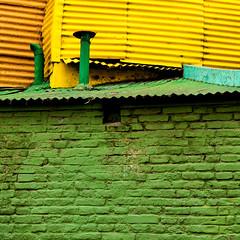 Strisce e colori di La Boca  (1) (mariateresa toledo) Tags: colori colors righe strips lines caminito laboca buenosaires argentina sonynex7 sonnarte1824 mariateresatoledo dsc02072modifica1 giallo verde