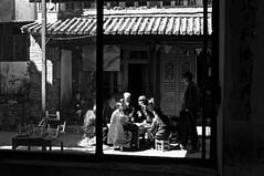 Yunnan - Hommes jouant  Zoucheng. (Gilles Daligand) Tags: chine jeux vielllard yunnan zhoucheng noiretblanc monochrome bw rue street lumiere light ombres shadow zoucheng