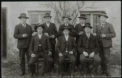 Archiv H180 Stammtischgesellschaft, 1920er (Hans-Michael Tappen) Tags: archivhansmichaeltappen stammtisch uhrband kleidung anzug hut hte stuhl sthle zigarette outdoor outfit krawatte 1920er 1920s