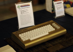 Commodore 64 Golden Edition (1986) (Simo 81) Tags: vintage console coinop retrogaming retrocomputing vintagecomputer personalcomputer homecomputer canonef50mmf18ii vintagegame brusaporto manifestazioneretrocomputing computerobsoleti