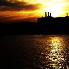 Atardecer en Barcelona / Sunset in Barcelona (A. Jimnez) Tags: barcelona b sunset espaa orange alex yellow contraluz atardecer j mar spain agua amarillo nubes naranja tarde catalua belmonte albacete jimnez supershot a trayo