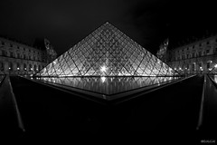 Louvre Museum By Night (D.M.C.M) Tags: light blackandwhite paris france museum night europe museu pyramid noiretblanc nacht lumire muse nuit iledefrance pyramide bam   musedulouvre furansu  louvremuseum      yoru canon60d dmcm coursnapolon  fgu peulangseu yroppa yoroppa