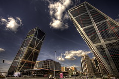 Madrid (Vicent de los Angeles) Tags: madrid espaa architecture clouds canon eos spain arquitectura angle towers wide ciudad wideangle nubes hdr highdynamicrange 1022 torres kio canonefs1022mm efs1022mm photomatix bankia tonemapping realia 40d canoneos40d
