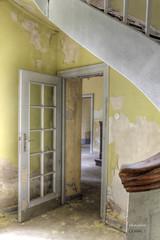 Den Blick schweifen lassen (photophop) Tags: lostplace verlassen villa treppe tr formen linien durchgang gelb leerstand