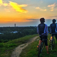 Golden moments before the Night Ride. Let's go! What's better than the sunset on a mountain after a nice bike ride in the evening? Gibt es was Schneres als den Sonnenuntergang nach einer tollen Bike-Tour auf dem letzten Berg zu genieen? #konstructive.de (revolutionsports.eu) Tags: ifttt instagram revolution sports mountain bike road rennrad cyclecross carbon custom dream reparatur masrahmen stahl steel cycles cycling bicycle fahrrad konstructive