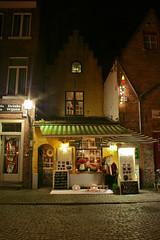 Huidevettersplein bij Nacht (Brian Aslak) Tags: shop night square europe belgium belgique nacht brugge belgië front westvlaanderen bruges praça piazza flanders öö vlaanderen huidevettersplein väljak