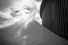 Peak Value (Tom Levold (www.levold.de/photosphere)) Tags: luxemburg luxembourg philharmonia philharmonie architektur architecture bw sw fuji fujixpro2 xpro2 sky clouds wolken himmel