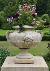 Vasque avec fleurs (Catherine Reznitchenko) Tags: france normandie normandy nature flower flowers bouquet stone pierre sculpture head woman vase outdoors extérieurs garden jardin season seasons summer fleurs saison floral canon flora colors couleurs green light sunlight trees old beautiful vasque composition florale canonfrance elegance flickrelite