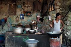 CALC-3777 Guy in a open kitchen (rose.vandepitte) Tags: india kolkata market marketscene man kitchen streetrestaurant restaurant stove walldecorations food