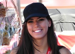 Sonrisa dedicada (juantiagues) Tags: azafata sonrisa belleza vuelta gorra juantiagues juanmejuto