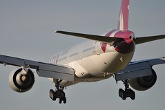 [11:56] QR0011 DOH-LHR. (A380spotter) Tags: london heathrow landing finals boeing arrival approach 777 qr lhr qatar threshold qatarairways qtr egll  300er alruwais 27l  runway27l shortfinals qr0011 dohlhr a7baj arruays