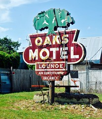 Oaks Motel (Rob Sneed) Tags: louisiana opelousas oaksmotel neon vintage lounge usa americana advertising motel midcentury vacancy airconditioned usroute190 stlandryparish lodging abandoned cajun rust decay weathered independent evangelinedowns
