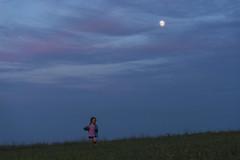 Giada e la Luna (Andrea di Florio (Thanks for 6,000,000 views)) Tags: andreadiflorio abruzzo pescara penne nikon d600 7020028 cielo luna campo nuvole nubi camminare vacanza
