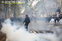 Manifestation pour l'abrogation de la loi Travail - 15.09.2016 - Paris - IMG_7951 (PM Cheung) Tags: loitravail paris frankreich proteste mobilisationénorme cgt sncf euro2016 demonstration manifestationpourlabrogationdelaloitravail blockaden 2016 demo mengcheungpo gewerkschaftsprotest tränengas confédérationgénéraledutravail arbeitsmarktreform lesboches nuitdebout antagonistischenblock pmcheung blockupy polizei crs facebookcompmcheungphotography polizeipräfektur krawalle ausschreitungen auseinandersetzungen compagniesrépublicainesdesécurité police landesweitegrosdemonstrationgegendiearbeitsmarktreform loitravail15092016 manif manifestation démosphère parisdebout soulevetoi labac bac françoishollande myriamelkhomri esplanadeinvalides manifestationnationaleàparis csgas manif15sept manif15 manif15septembre manifestationunitairecgt fo fsu solidaires unef unl fidl république abrogationdelaloitravail pertubetavillepourabrogerlaloitravaille