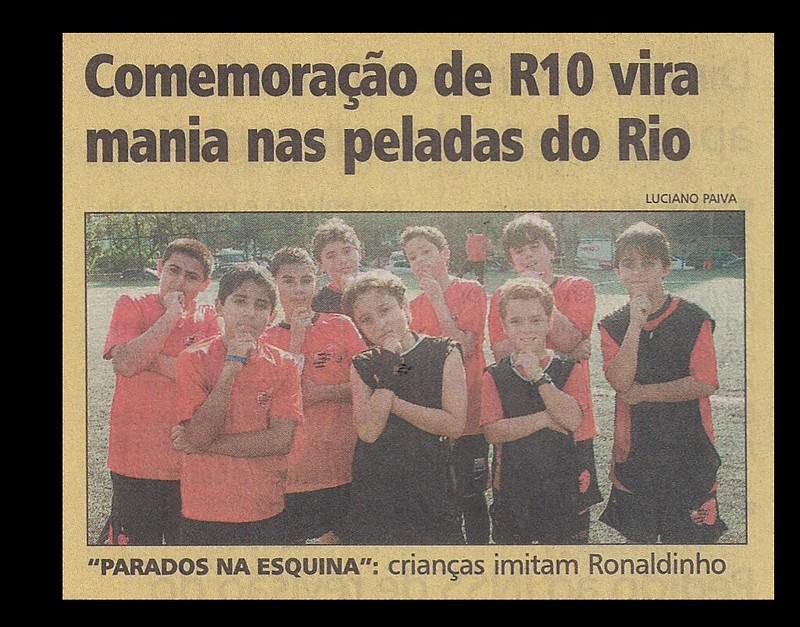 FOTO-da-Capa-Jornal-Extra-Comemoração-R10-dia-26-08-2011-Completa.png