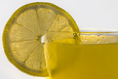 Jaune citron! (amateur72) Tags: fujifilm macro orangina xf60mmmacro citron jaune studio thmedumois verre xt1