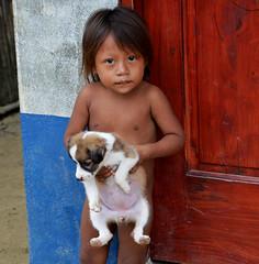 bambina con cucciolo (lara_etta) Tags: bambina kids child cucciolo pet dog sweet love cute sweetness dolcezza dolce cuddle panama isla nativi indigeni isola paesino village viallagio kuna