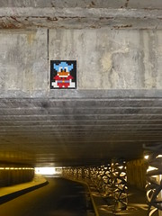 PA 0714 ractiv / Space Invader (septembre 2016) (Archi & Philou) Tags: spaceinvader streetart pixelart paris13 carreau pont tunnel tiles mosaque mosaic