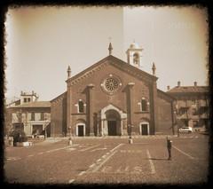 Insigne Collegiata dei Santi Pietro e Paolo. (GiannLui) Tags: pinhole castelnuovoscrivia parrocchia sanpietro sanpietroepaolo tmax100 100asa kodak d76