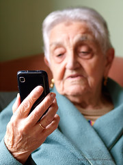 The Grandma and her smartphone (Ramn Espelt) Tags: old grandma black detalle net look smart person phone internet cell movil abuela smartphone mirar mano celular anciano anciana zuiko moderno oneperson moderna tecnology redes networks globalizacin ramn gentemayor espelt 50f2macro gorgozo olympuse3 telfonointeligente satorgettymomentos nuevastegnologas