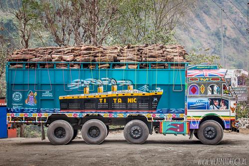 Kolorowe, nepalskie ciężarówki