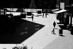 Sonnen.Platz. (HansEckart) Tags: silhouetten schatten shadows pltze hamburg hafencity people menschen urban blackandwhite monochrome town city street streetfotografie
