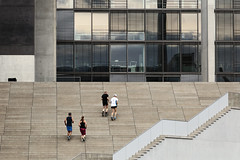 Team Spirit (czerwiony Smãtk) Tags: berlin deutschland runners steps building architecture germany canoneos6d canonef70200f4l europa city people outdoor