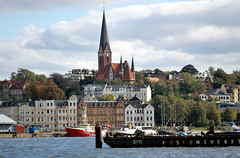 Hafen - Flensburg (Stefan_68) Tags: church germany deutschland barco harbour ships iglesia kirche chiesa nave igreja hafen kerk eglise schiffe navio schleswigholstein flensburg schip häuserfassade stjürgenkirche