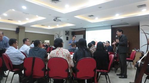 """Asia Pulp & Paper. Memenuhi undangan sharing knowledge bersama Team MBOS APP. Sore ini saya didampingi oleh Pak Ng Tzi Siok dari Garudafood. Thanks Pak supportnya. • <a style=""""font-size:0.8em;"""" href=""""http://www.flickr.com/photos/41601386@N04/28573981346/"""" target=""""_blank"""">View on Flickr</a>"""