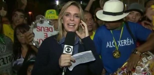 """Repórter passa sufoco com tumulto e gritos de """"Globo golpista"""" na torcida"""