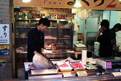 Tsukiji Fish Market (Toni Kaarttinen) Tags: japan  japonia    jap japonsko jaapan  japani japon xapn    japn jepang an tseapin giappone  japna japonija  japo  japonska japn hapon  japonya nht bn tokyo tokio japanese tsukijifishmarket tsukiji fish market fishmarket
