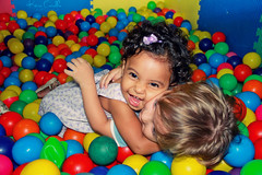 :) (KeRapha) Tags: friends baby color smile kids fun hug amor carinho criana kis afeto piscinadebolinhas
