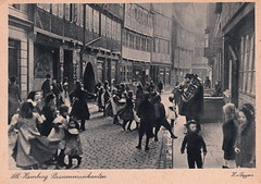 112. Alt-Hamburg Strassenmusikanten by Heinrich von Seggern (c.1910) (pellethepoet) Tags: street girls music boys architecture kids germany children deutschland europe dancing postcard hamburg kinder photograph buskers musicalinstrument mädchen jungs jungen streetmusicians knaben strassenmusikanten strasenmusikanten hvonseggernsohn heinrichvonseggern