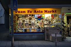 Philosophisch religiöse Auslagen im Yuan Fa Asia Markt (S. Ruehlow) Tags: shop frankfurt altstadt innenstadt konfuzius asiatischelebensmittel laoze asiashop fahrgasse kongze yuanfaasiamarkt
