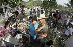 En el panten no slo se llora. (Ozlix) Tags: mxico mexicana de mexico death day dia muertos veracruz 2012 tradicion tantoyuca xantolo