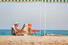 Leyendo en la playa (Juanedc) Tags: summer espaa woman news man beach reading mujer spain sand playa catalonia arena topless verano catalunya es cambrils hombre catalua tarragona diario periodico leyendo a3b