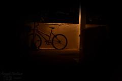 Contra luz (FernandaCavalcanti) Tags: brazil luz bike brasil contraluz nikon bicicleta noite pe northeast fernanda pernambuco parede lampada escuro olinda nordeste trip rodas coluna alaranjado olindape luuuz nikond3100 brasilemimagens fernandacavalcantifotografia 23denovembrode2012