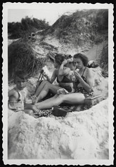 Archiv H172 Ferien an der Ostsee, 1960er (Hans-Michael Tappen) Tags: archivhansmichaeltappen strand ostsee meer dne familie kind junge boy vater mutter ddrzeit ddr ostalgie strandkleidung 1960er 1960s