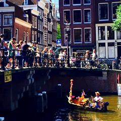A votre bon cur messieurs dames. Attrapez mon sabot ! (fourmi_7) Tags: pont curieux touristes eau hollande amsterdam canotier canaux