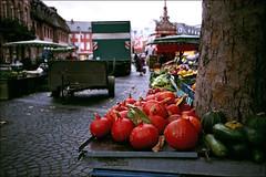 market is almost over (manni39) Tags: film 35mm pumpkin market iso400 markt mainz yashica t4 krbisse carlzeiss tessar yashicat4 carlzeisstessar tessar35mm35 mllerfilm drogeriemller