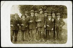 Archiv H183 Erwachsensein, 1916 (Hans-Michael Tappen) Tags: archivhansmichaeltappen zigaretten raucher zigarette gruppenfoto hut hte mnner men anzug schuhe kleidung shoes 1916 1910er 1910s