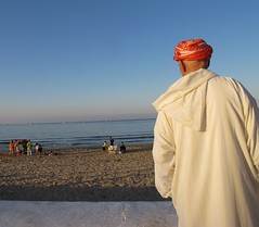 Le Vieil Homme et la Mer (Nadir Moha) Tags: sunset mer bateaux ombre maroc turban crépuscule plage homme pêche méditerranée djellaba mdiq