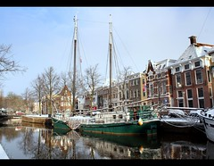 Sailing Into Winter (Ger Bosma) Tags: winter sun snow architecture boats canal center grachten sailingship zeilschip 38a binnenstad historicalcentre lagedera hogederaa hogedera depelikaan diepenring briltil mygearandmesilver mygearandmegold mygearandmeplatinum rememberthatmomentlevel1 rememberthatmomentlevel2 img68917