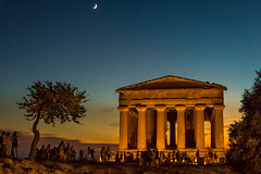 Concordia Temple (roevin | Urban Capture) Tags: agrigento sicilia italy it sundowner sunset orange lighting evening lights nightshot light statue silhouette temple moon concordia valleyofthetemples valley sicily tree people waxing trees twilight