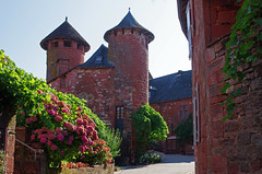 Collonges-la-Rouge (Corrèze). (sybarite48) Tags: collongeslarouge france lamaisondelaramadedefriac grèsrouge arenariarossa buntsandstein الحجرالرمليالأحمر ردسندستون 红砂岩 areniscaroja piedraareniscaroja κόκκινοψαμμίτη 赤色砂岩 rodezandsteen czerwonegopiaskowca arenitovermelho красногопесчаника kırmızıkumtaşı corrèze maison hause house منزل hasiera 回家 casa σπίτι ホームページ huis dom домой ev tour tower turm برج 塔 torre πύργοσ タワー toren wieża башня kule
