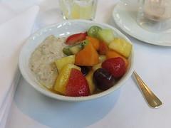 Bircher Msli mit frischem Obstsalat (vom Frhstcksbuffet im Hotel Schatzmann, Triesen, Liechtenstein) (multipel_bleiben) Tags: essen gastronomie frhstck obst msli